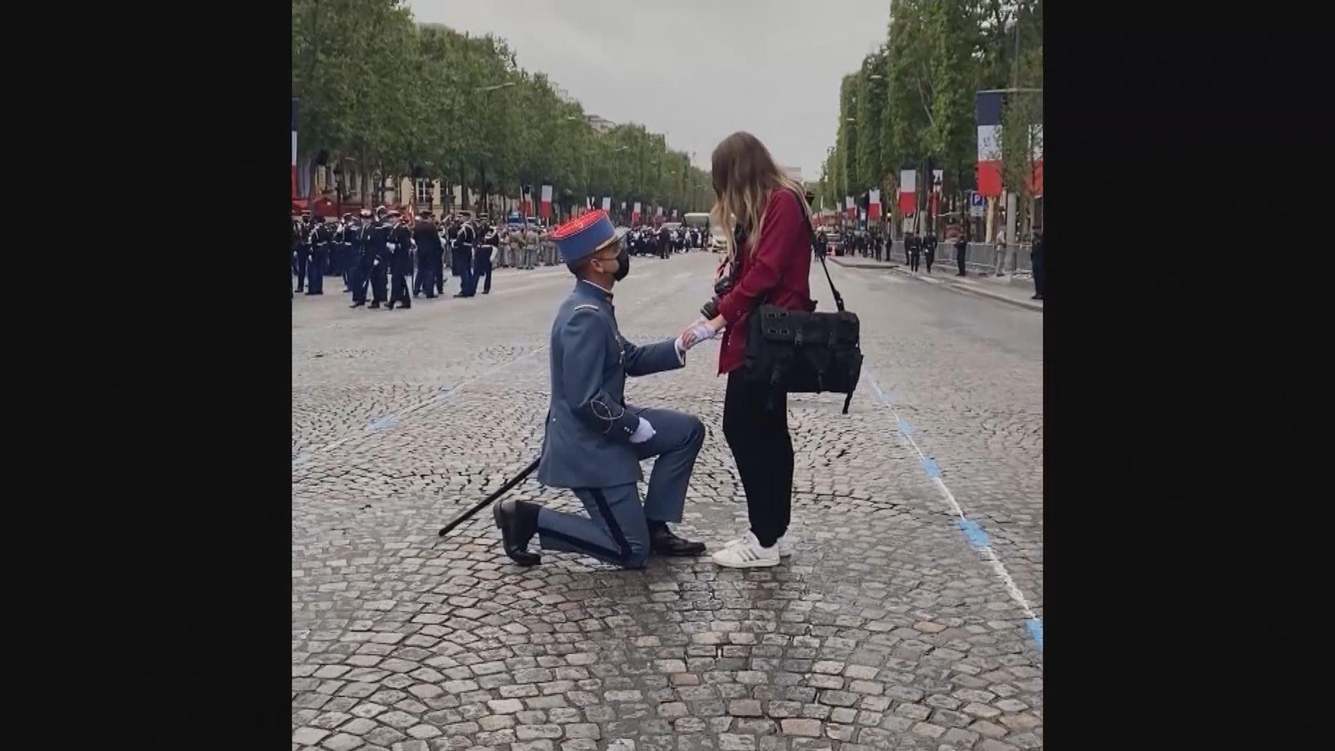 【環球薈報】法國士兵國慶閱兵前成功向女友求婚