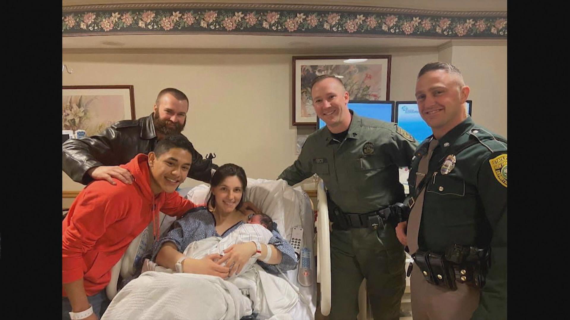 【環球薈報】美國三名警察聖誕節在公路上幫助孕婦接生