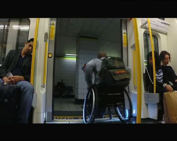 【環球薈報】倫敦男坐輪椅與地鐵賽跑