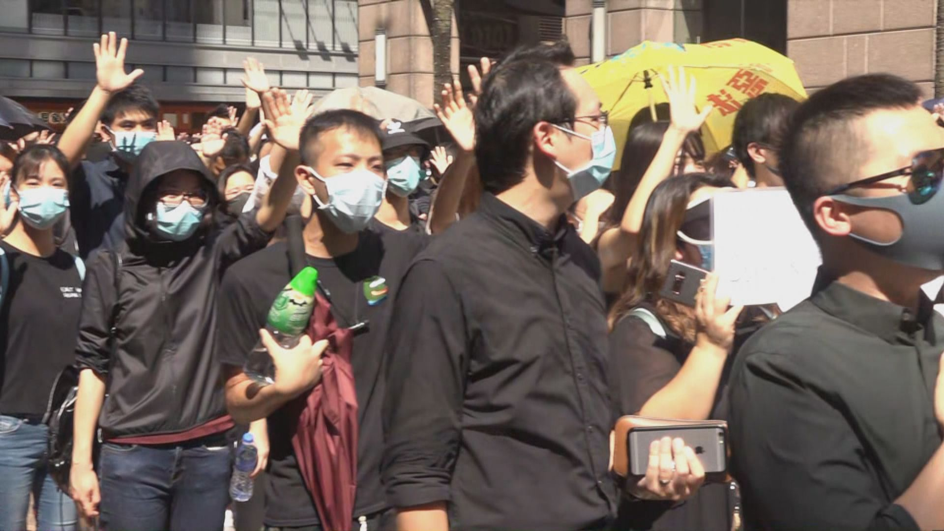 逾千人中上環快閃遊行不滿警方槍傷示威者