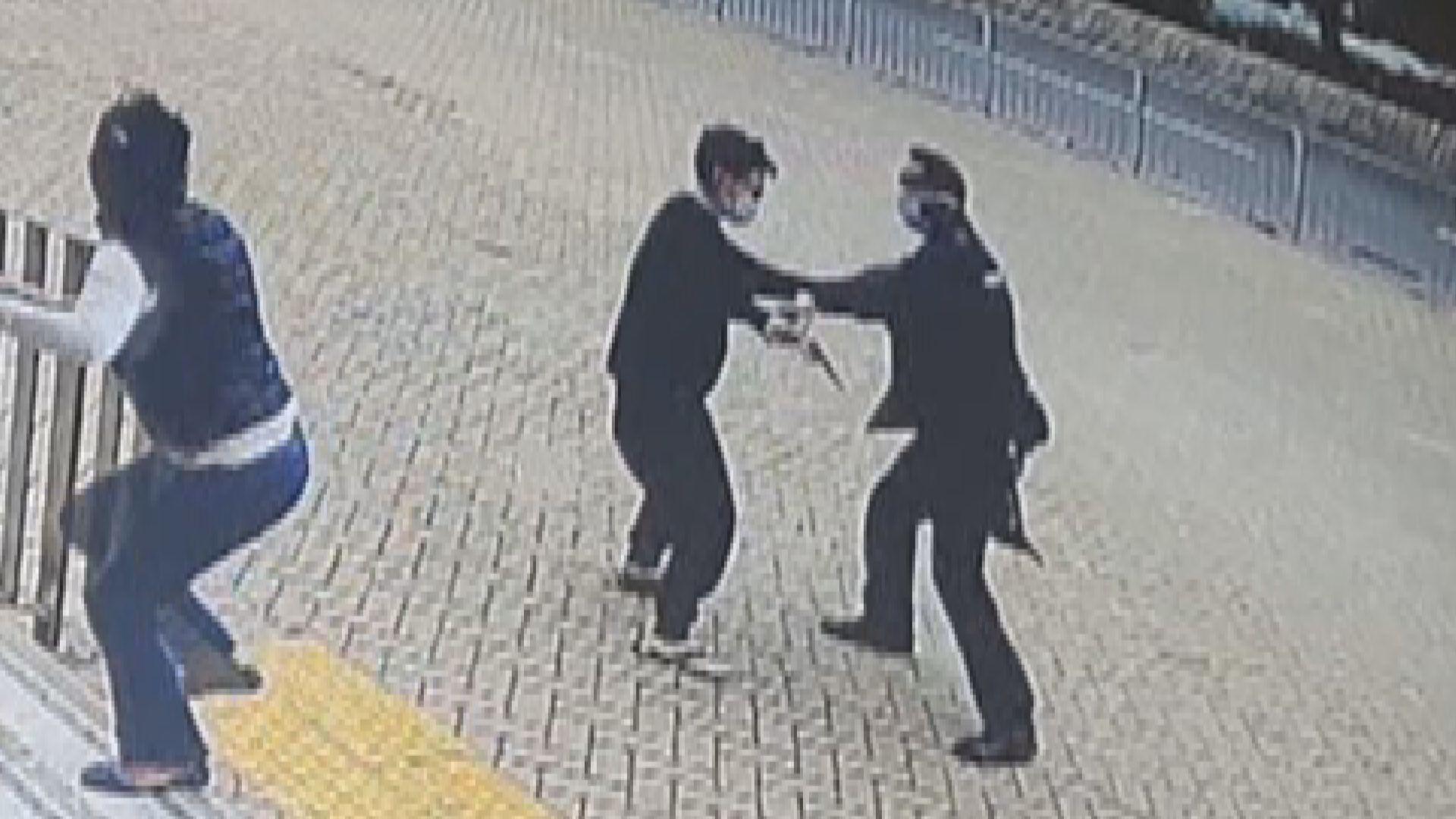 一名女子東涌警署外搶走男警佩槍被捕
