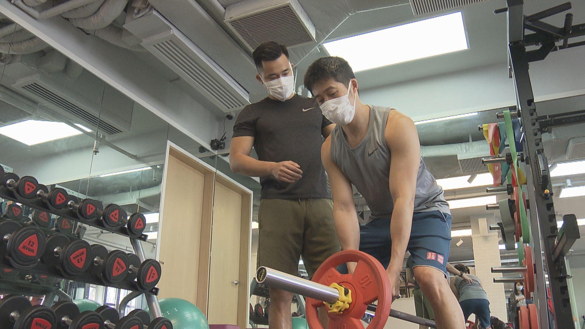 消息︰凌晨起健身中心內所有人必須戴口罩