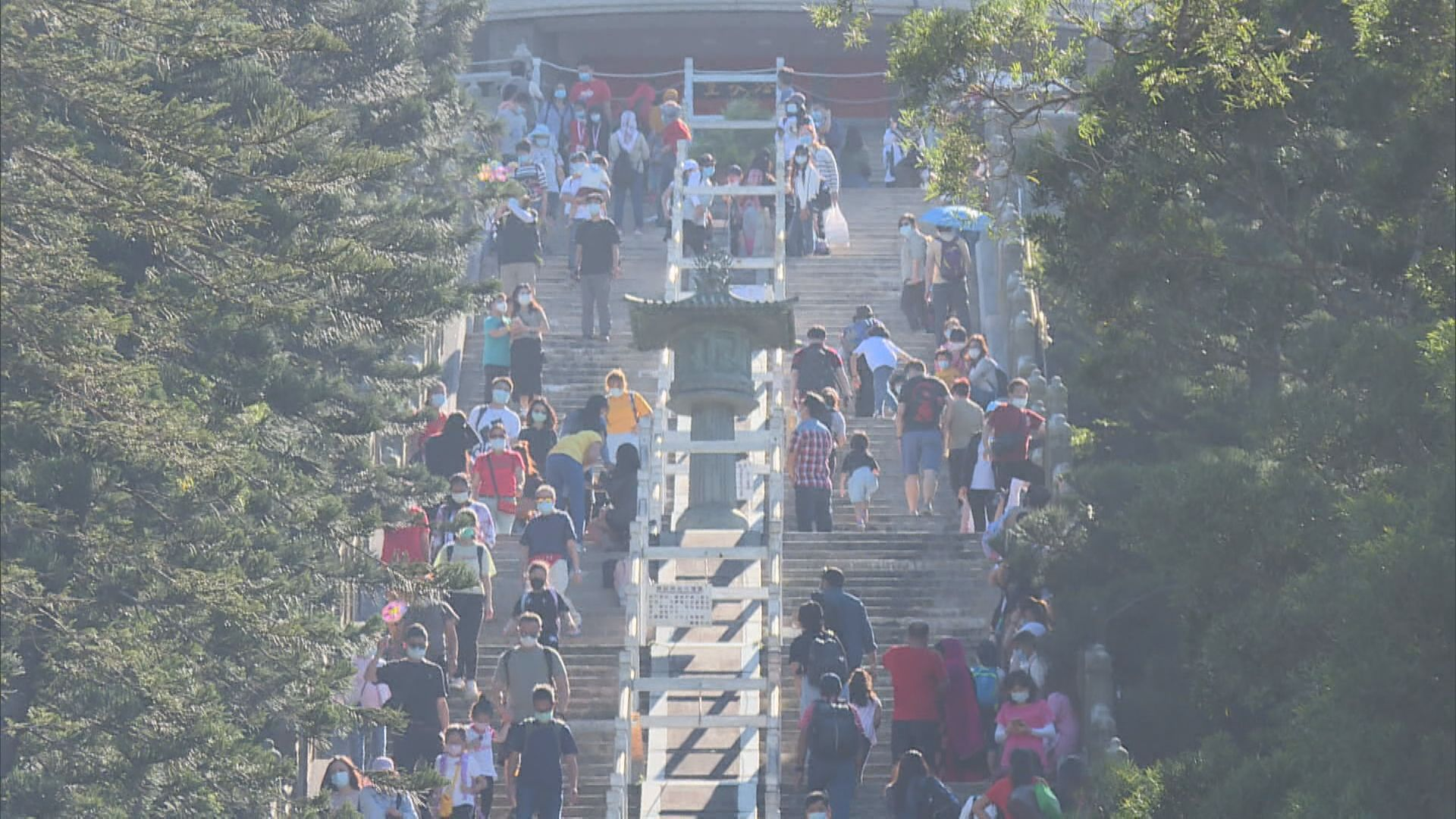 重陽節市民登高應節 有人祈求瘟疫消散