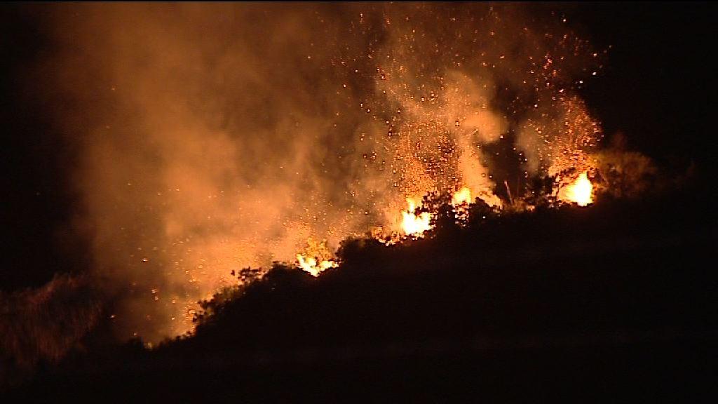 小瀝源山火燒逾30多小時未熄