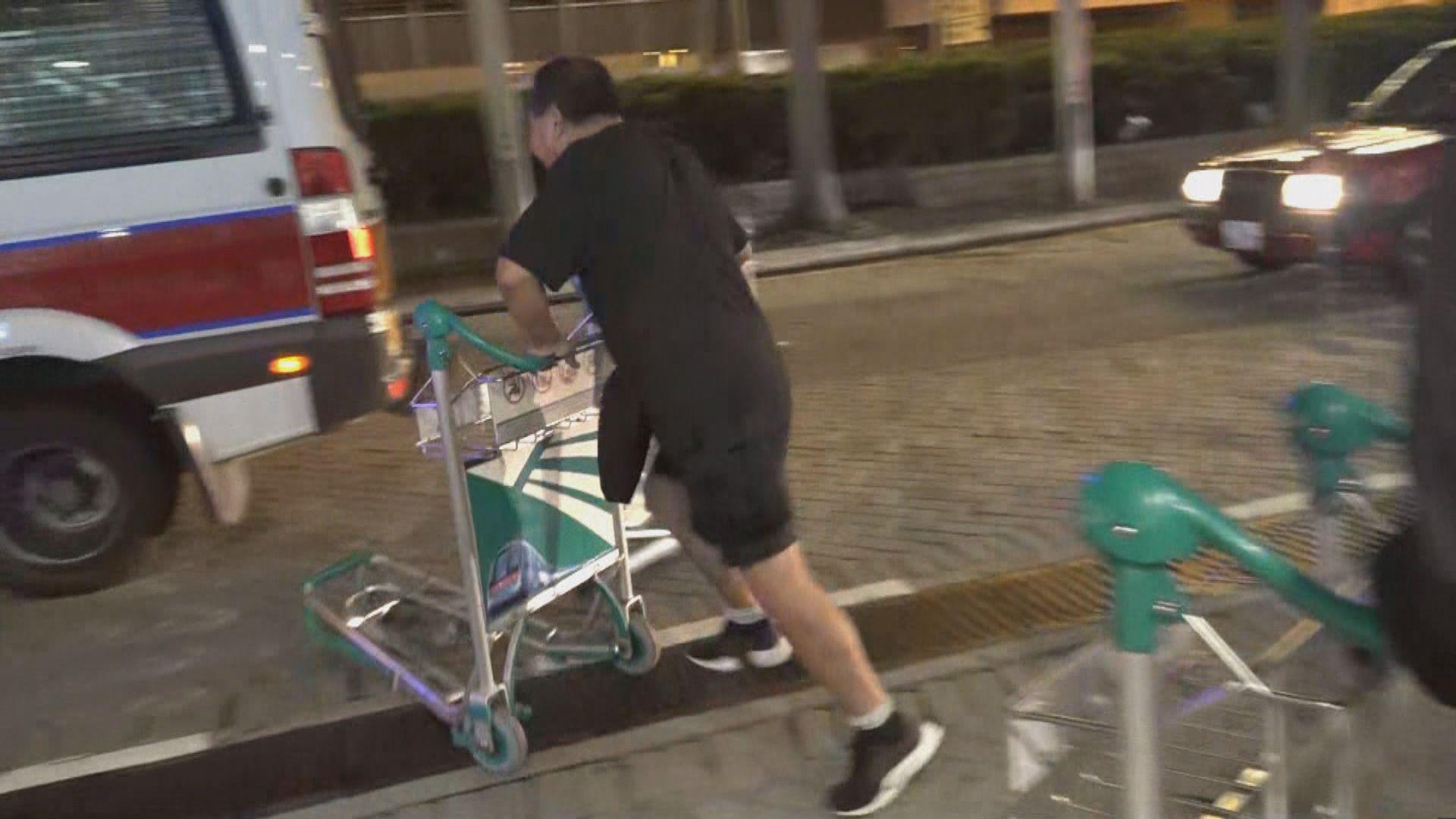 示威者香港站外疑以手推車撞向警車被制服