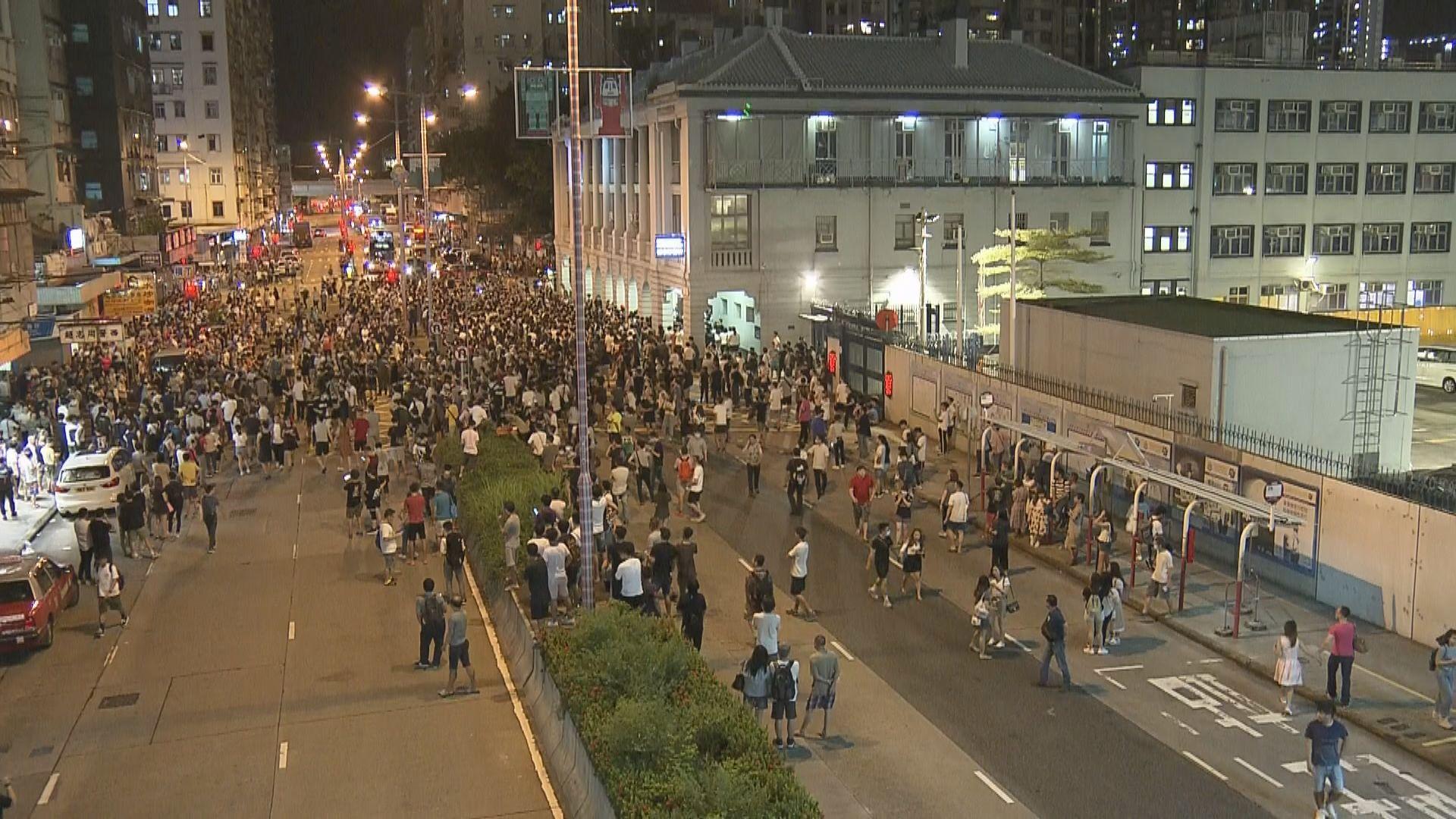逾百名市民深水埗警署外聚集 防暴警察戒備