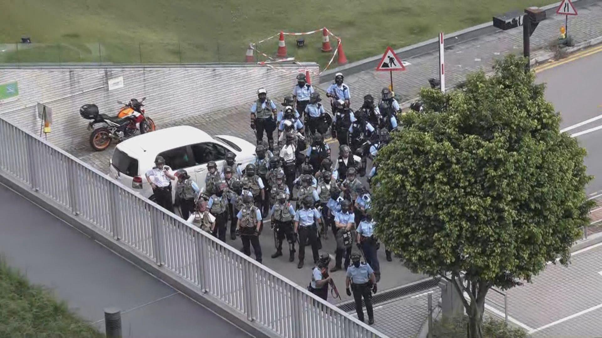 知專遭學生破壞 防暴警一度持長槍校外戒備