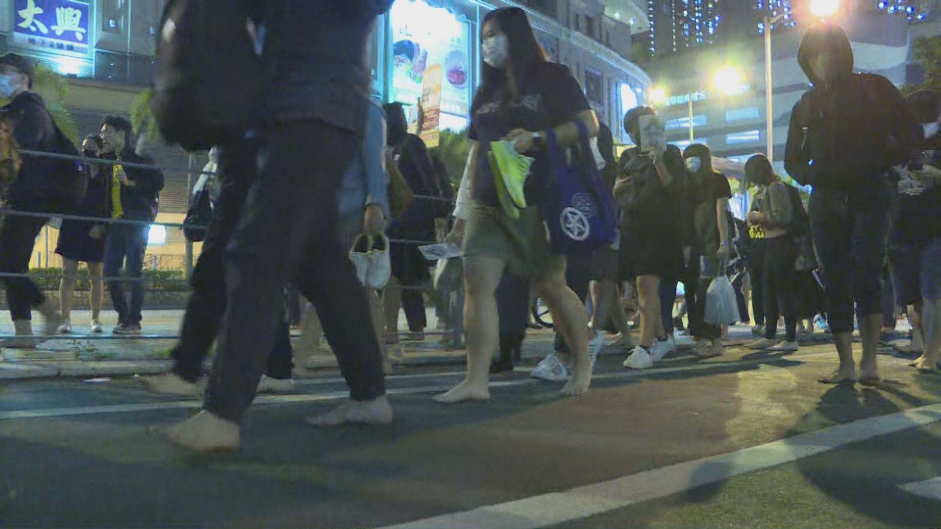 逾百人知專外集合 赤腳步行前往將軍澳海濱