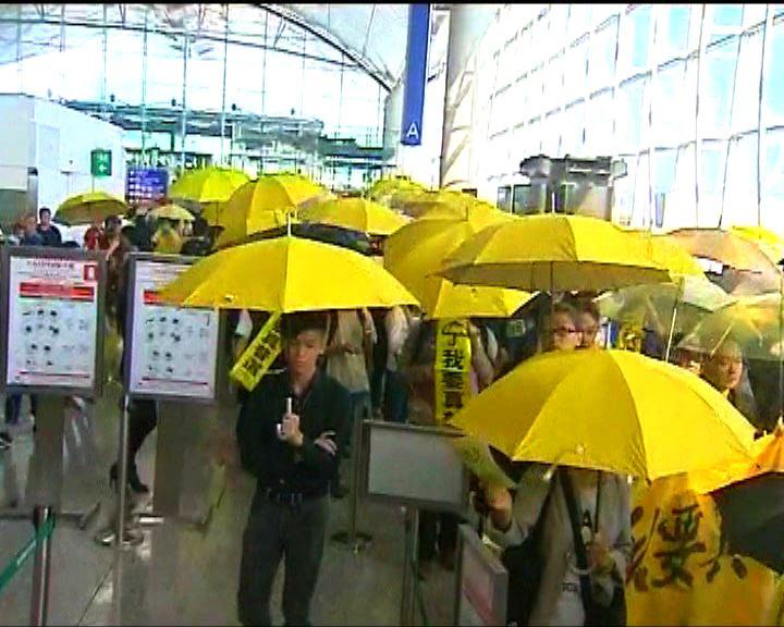 大批市民機場撐黃傘支持學聯上京