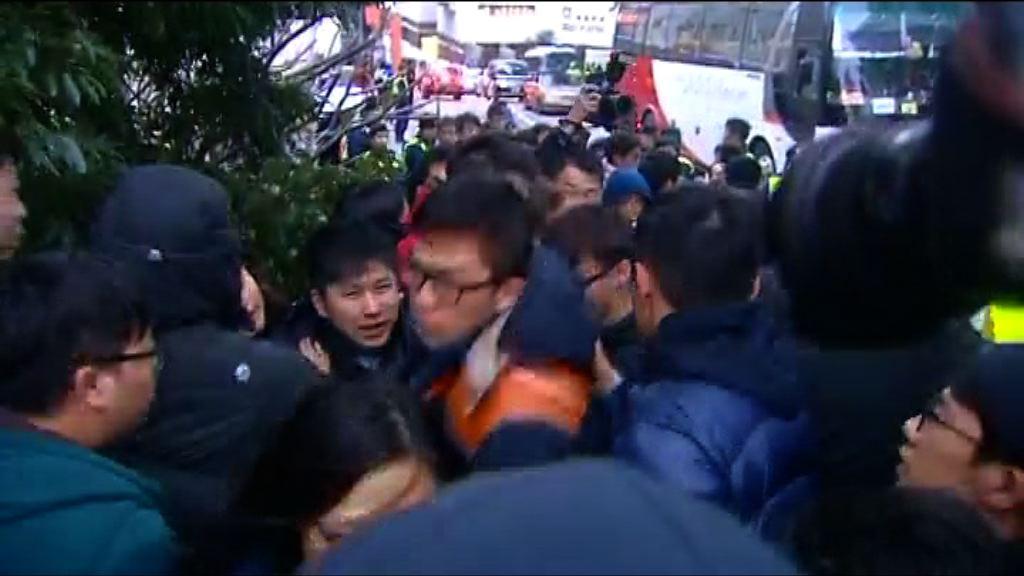 數十港大學生抗議李國章
