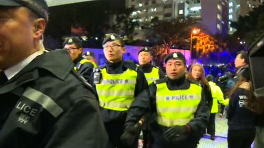 李國章未晤學生 警員護送離開