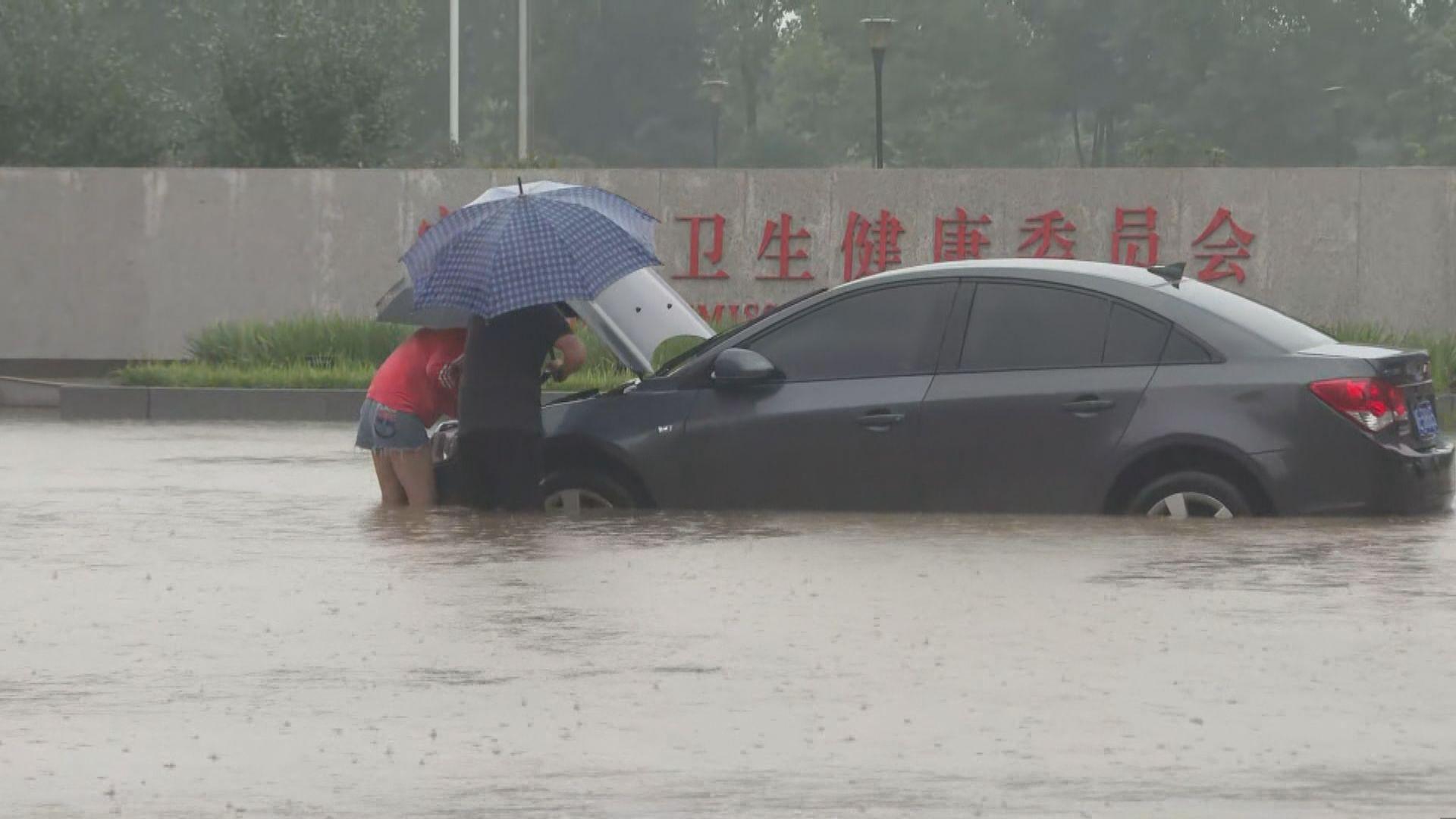 河南安陽暴雨公共交通停駛 有市民步行幾公里上班