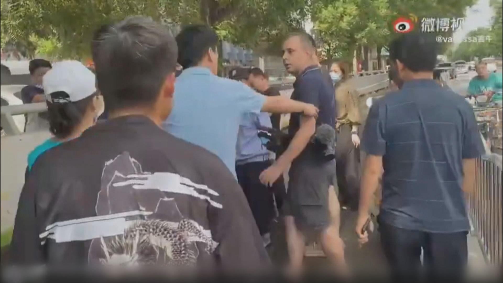 外國記者鄭州採訪被圍堵 《環時》:民眾憂報道不客觀
