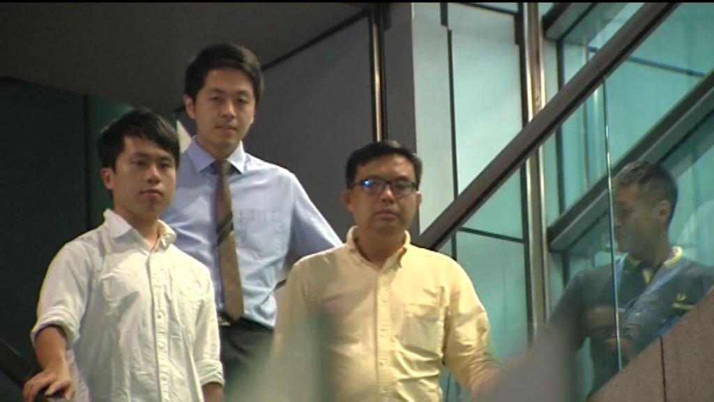 許智峯凌晨獲准保釋 由家人陪同離開