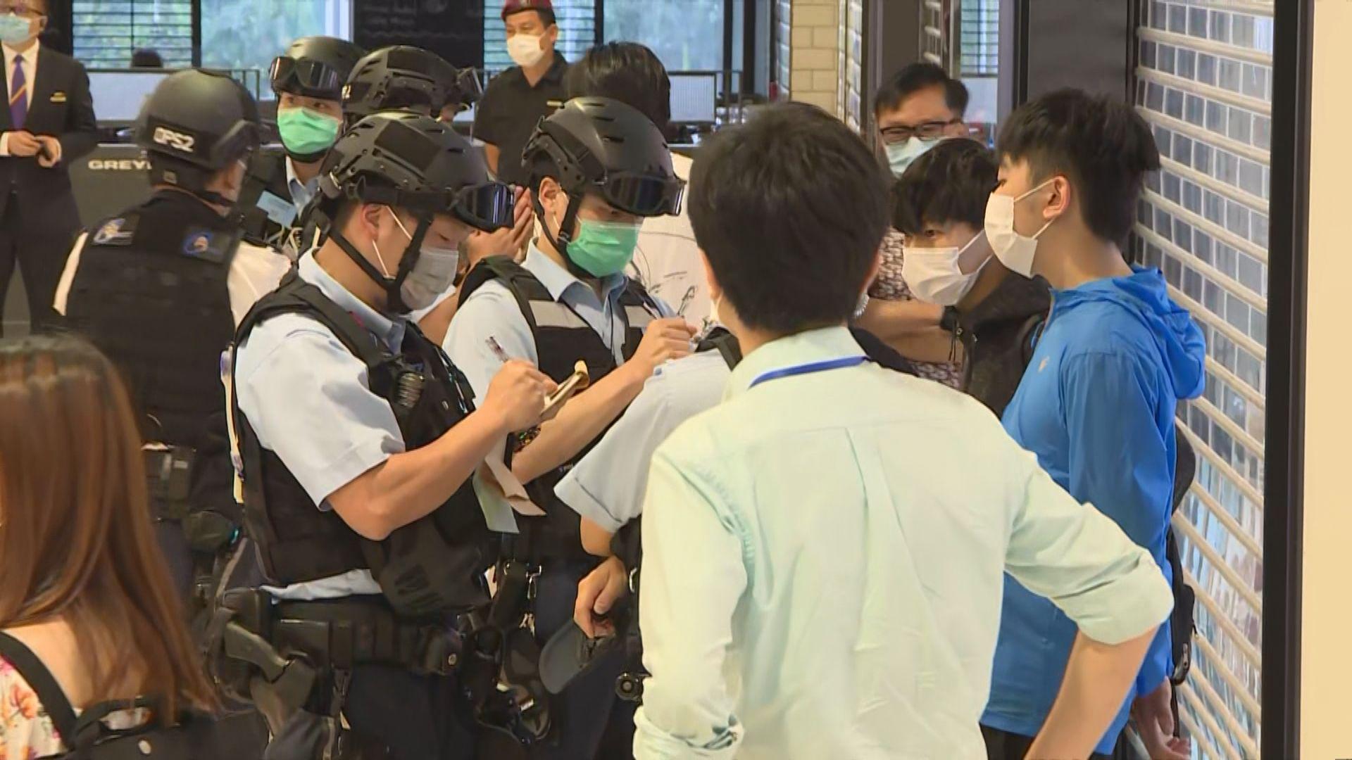 警方周二晚向在IFC商場的六人發出涉違限聚令告票