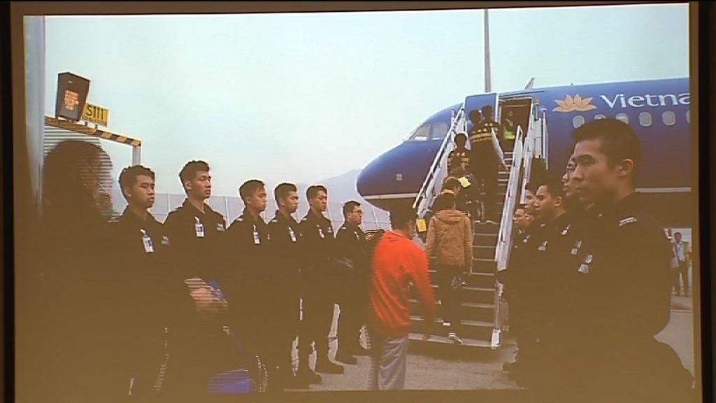 入境處首次以包機遣返非法入境者