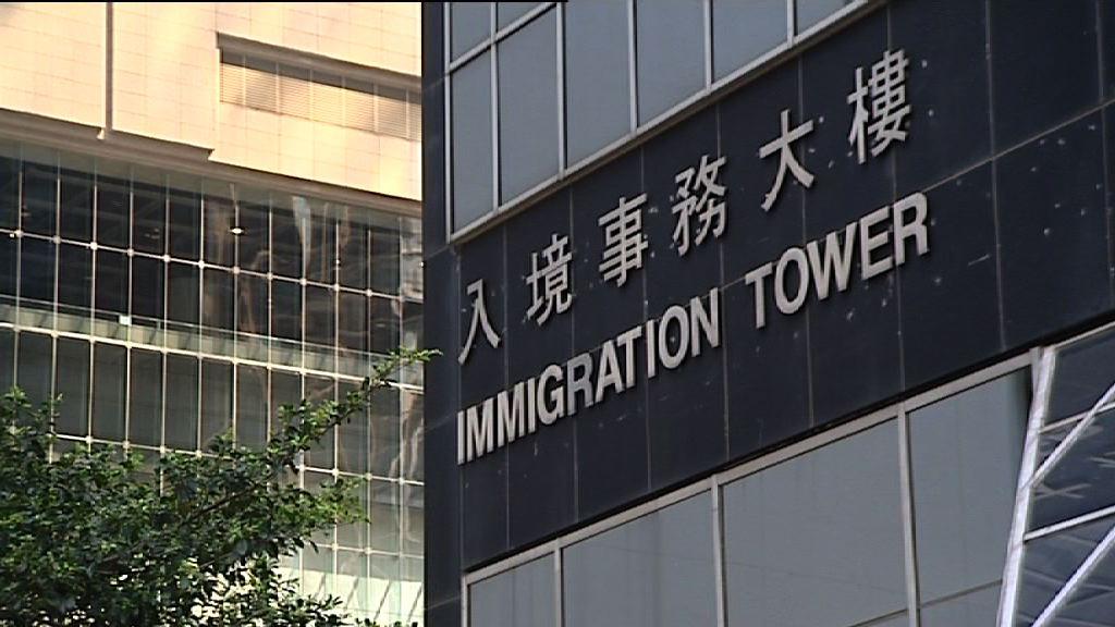 消息指唐琳玲被遣返時反抗致入境處職員受傷