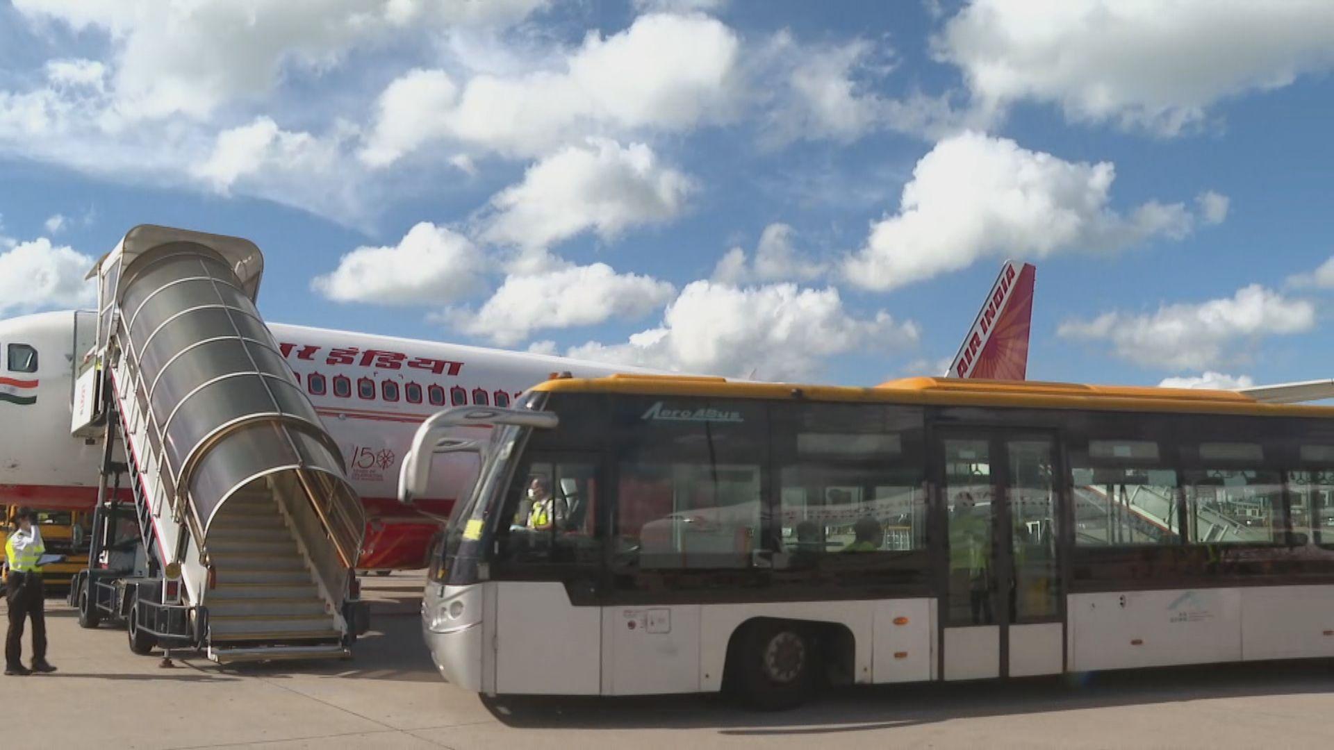 接載滯留印度港人專機抵港