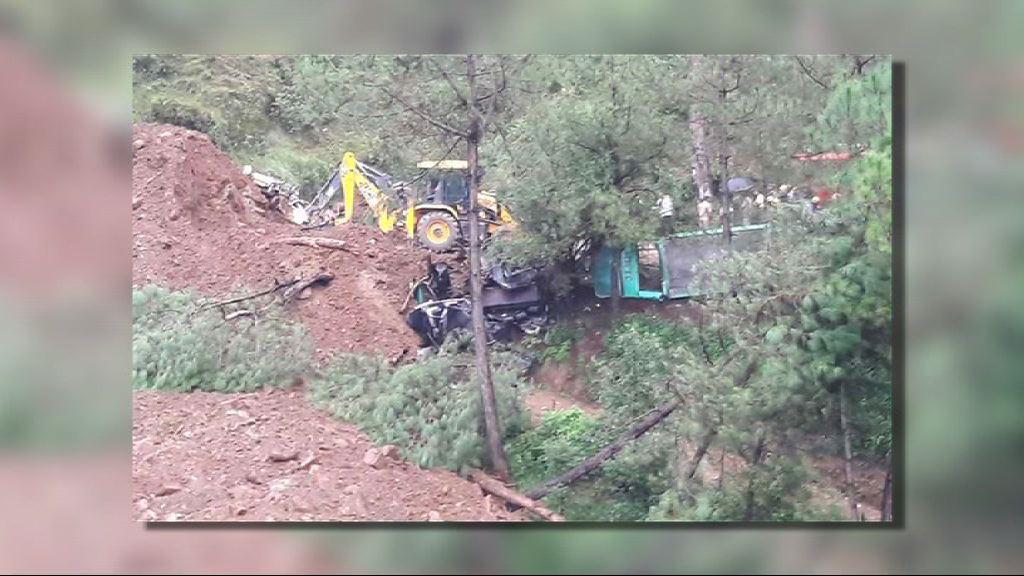 印度北部山泥傾瀉 巴士掉落山谷