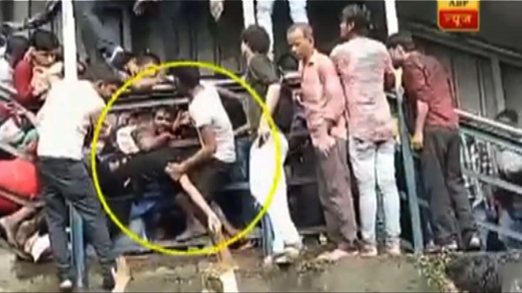 印度火車站人踩人最少22死逾30傷