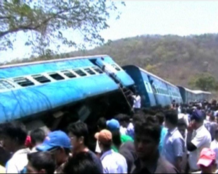 印度火車出軌逾百人死傷