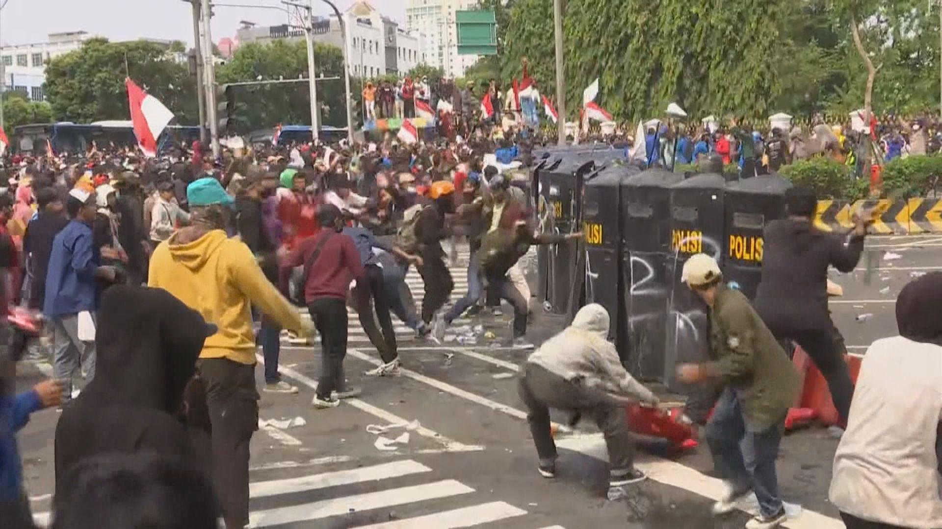 印尼民眾抗議新勞動法 與警爆發衝突
