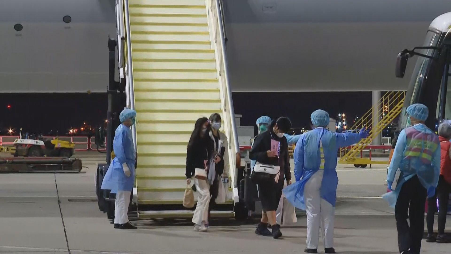 接載五名港人第三班政府包機抵達香港機場