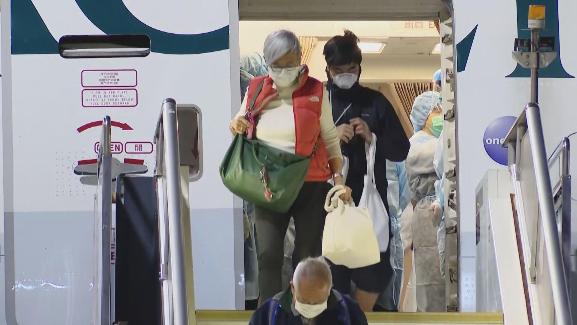 政府第三班包機清晨抵港 入境處:會派十人前往日本助確診者