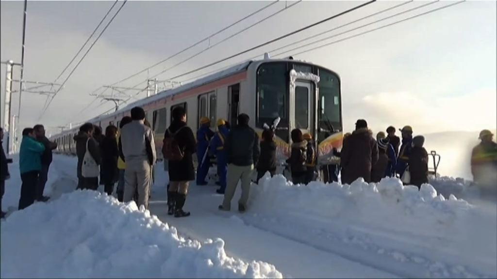 日本新潟縣暴雪 四百多人被困火車一晚