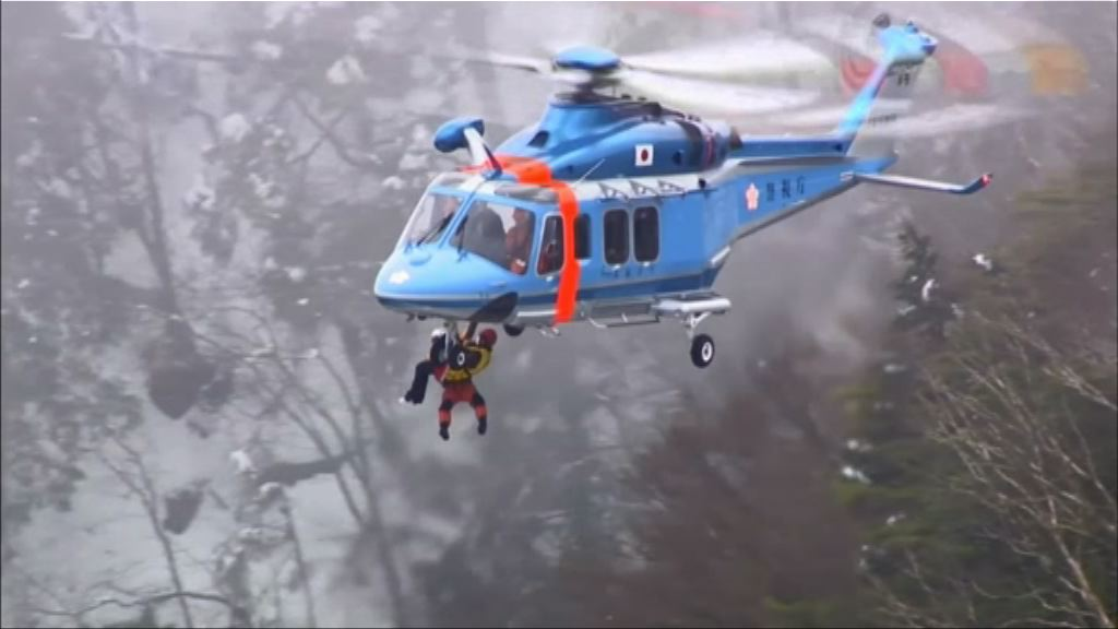 13名中日登山客被困一晚後獲救
