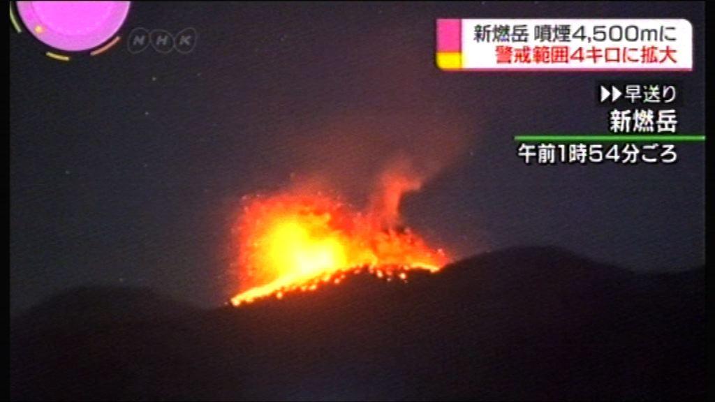 日本新燃岳火山再度噴出熔岩
