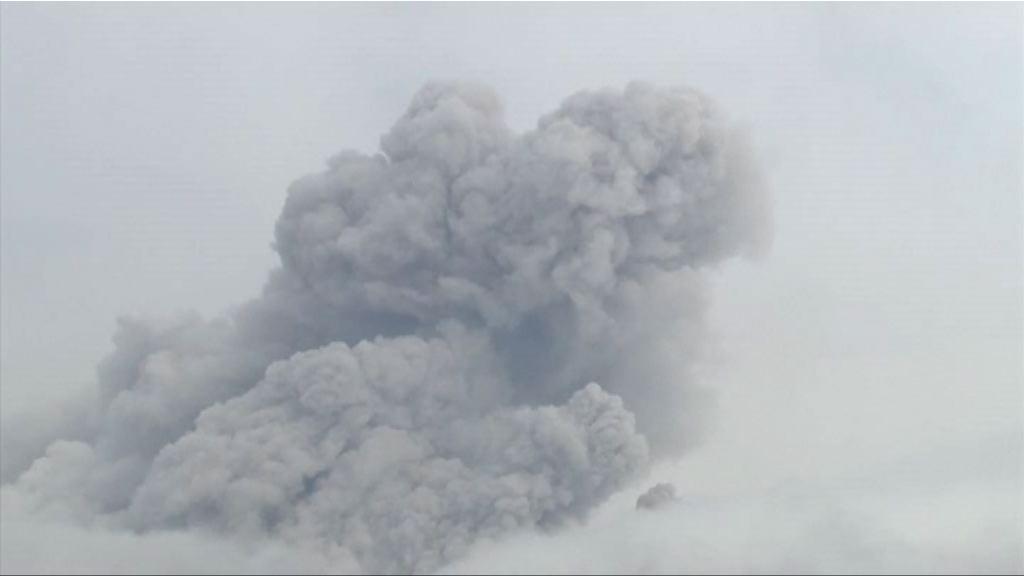 日本九州新燃岳火山持續爆發