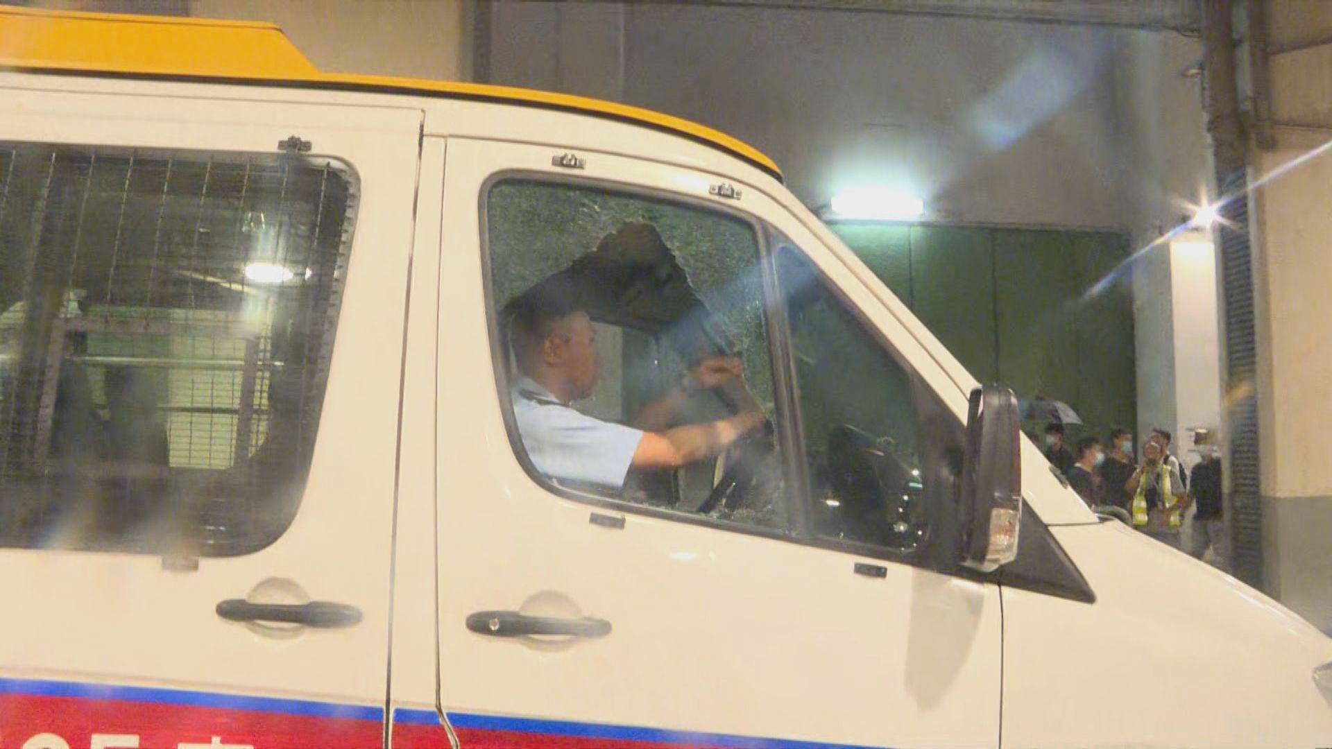 衝突中有警車被打破車窗