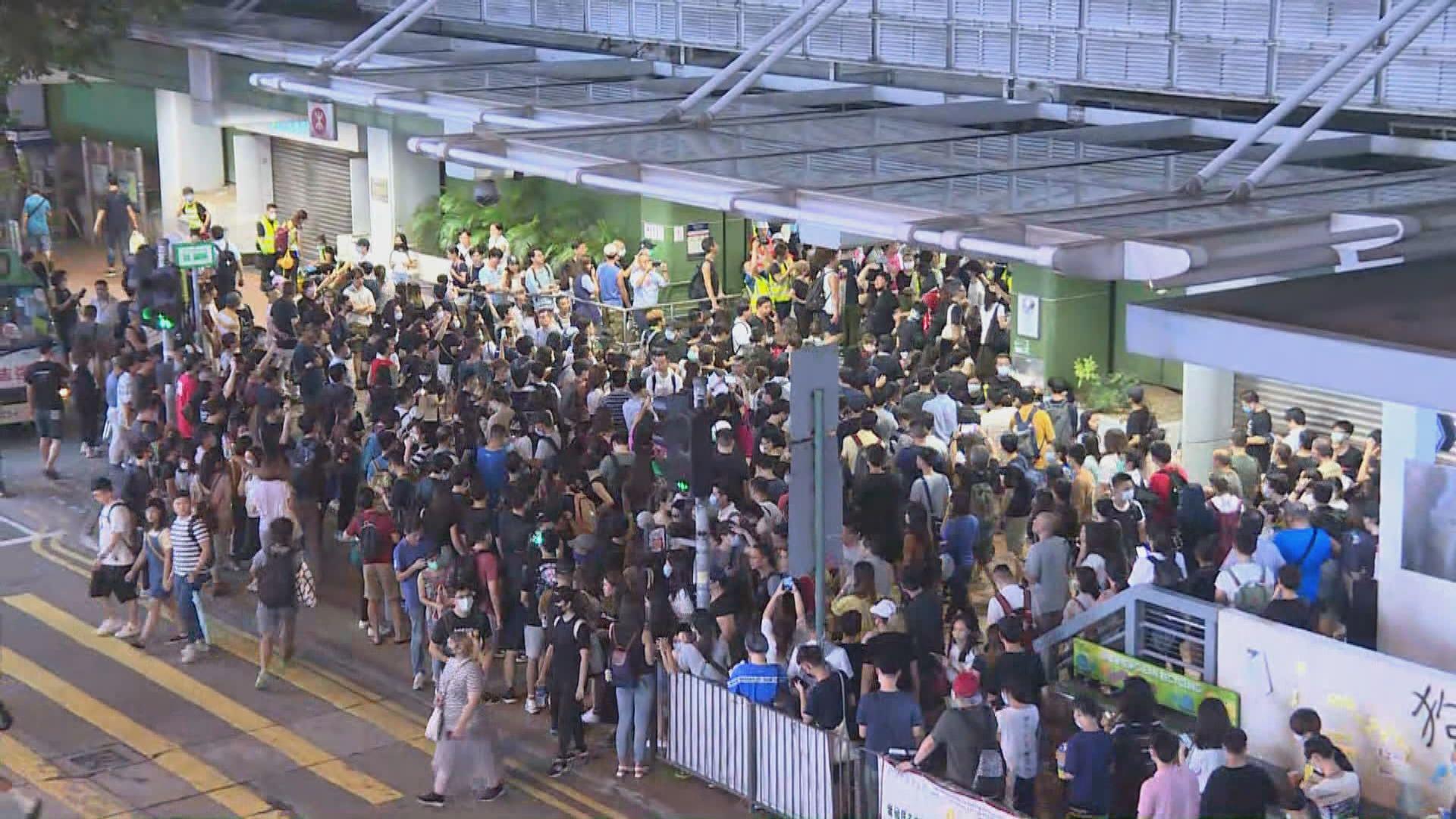 葵芳站晚上關閉 近百市民鼓譟進入站內