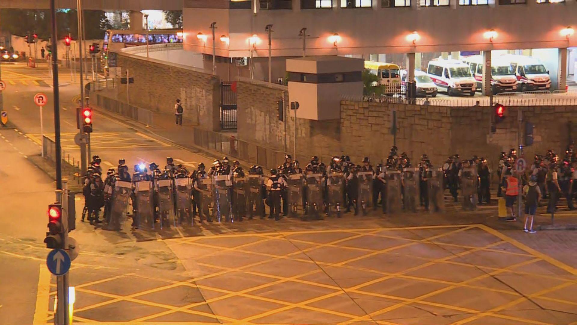 警方周五晚在葵涌警署外布防 群眾陸續散去