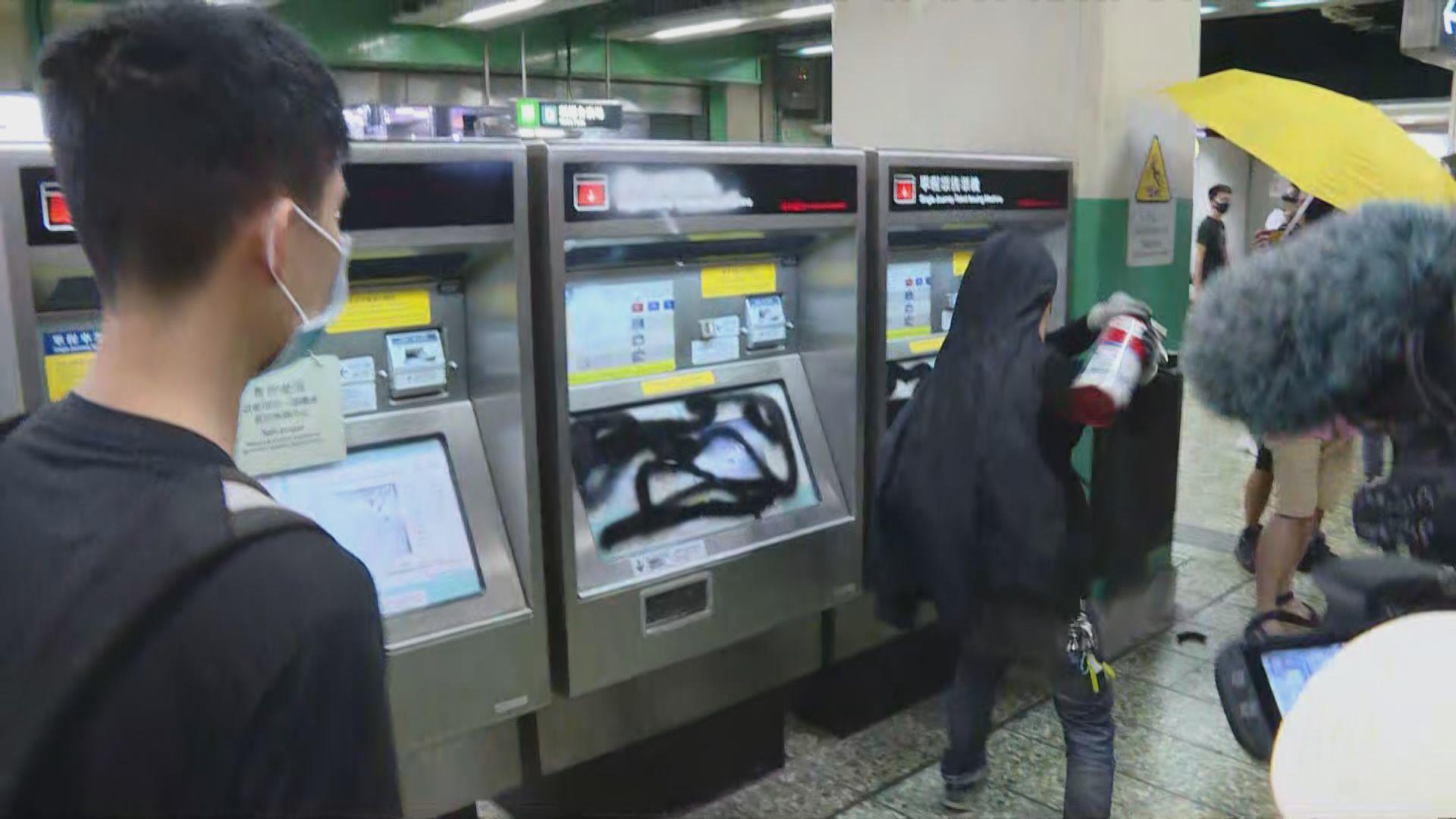 示威者破壞葵芳站設施 葵芳站關閉