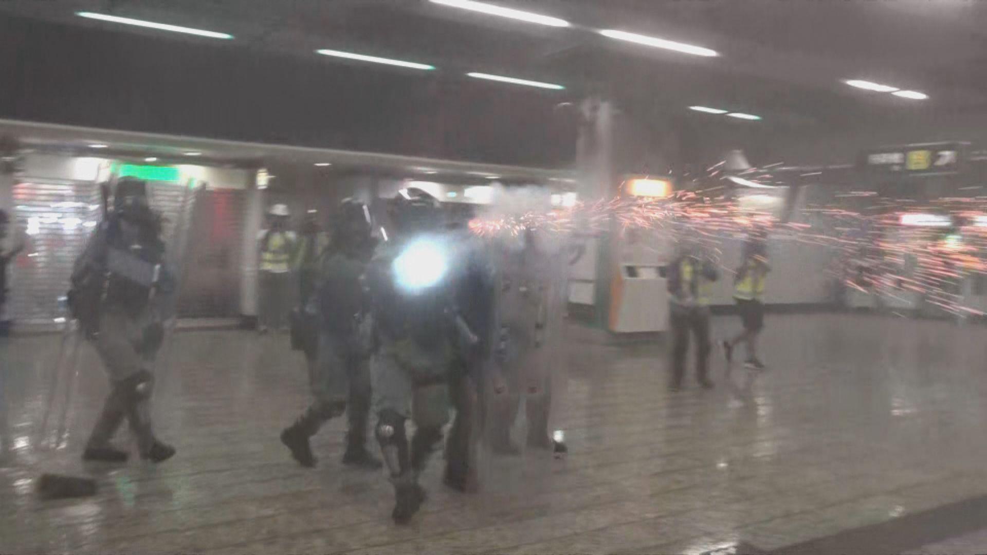 警方於葵芳港鐵站內發射催淚彈