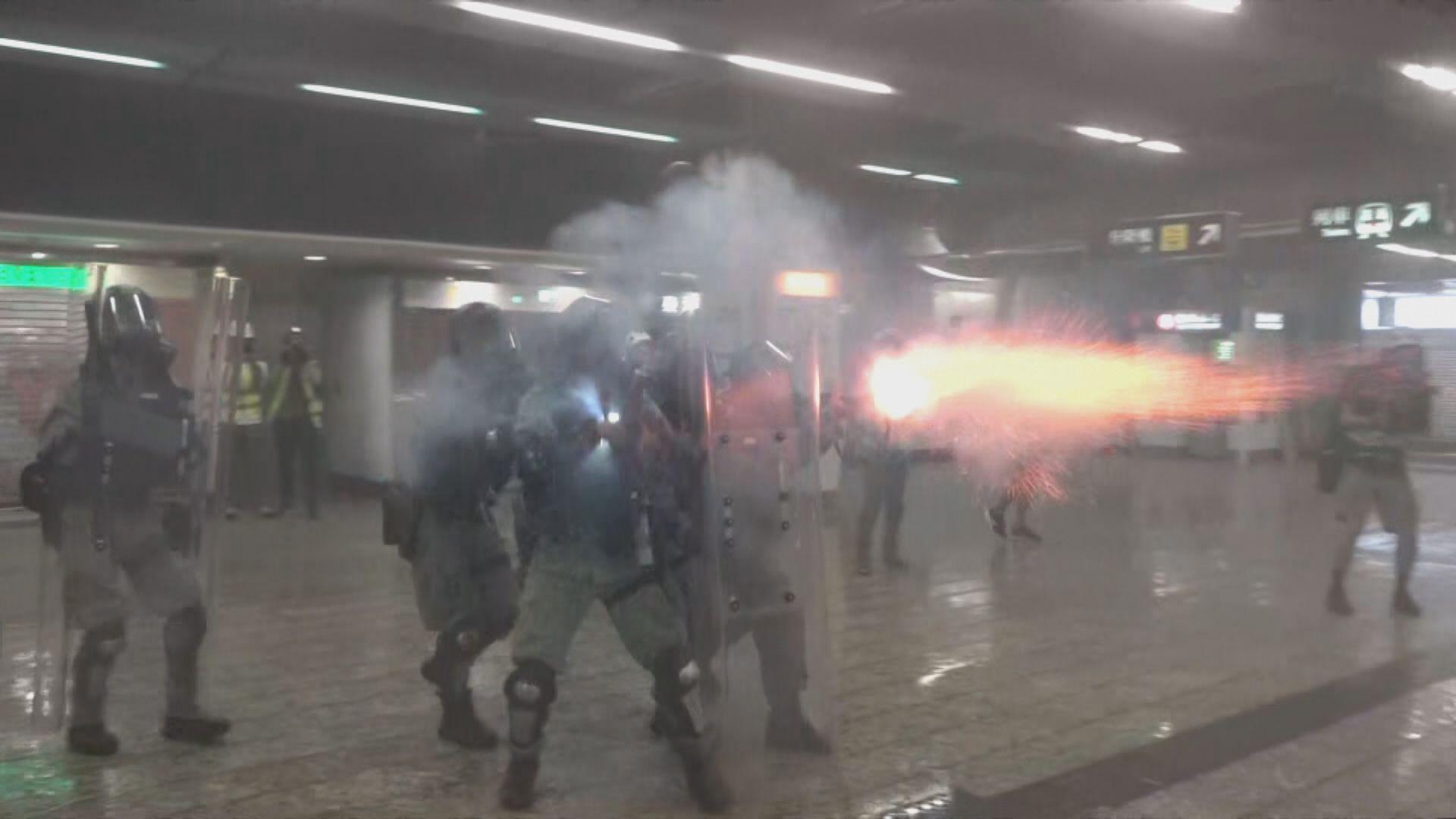 警方在葵芳站內發射催淚彈及橡膠子彈