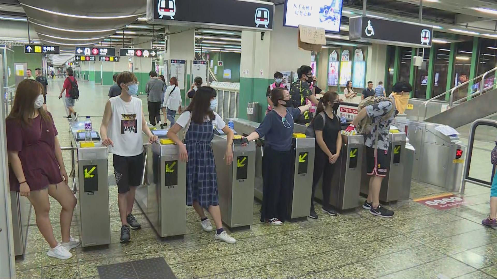 市民葵芳站聚集促交代站內放催淚彈事件