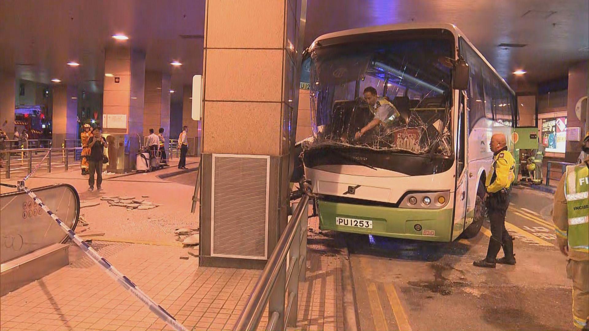 九龍灣德福接駁巴士剷上行人路 一死十六傷