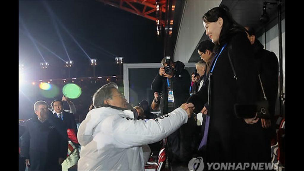 文在寅、金與正歷史碰面握手
