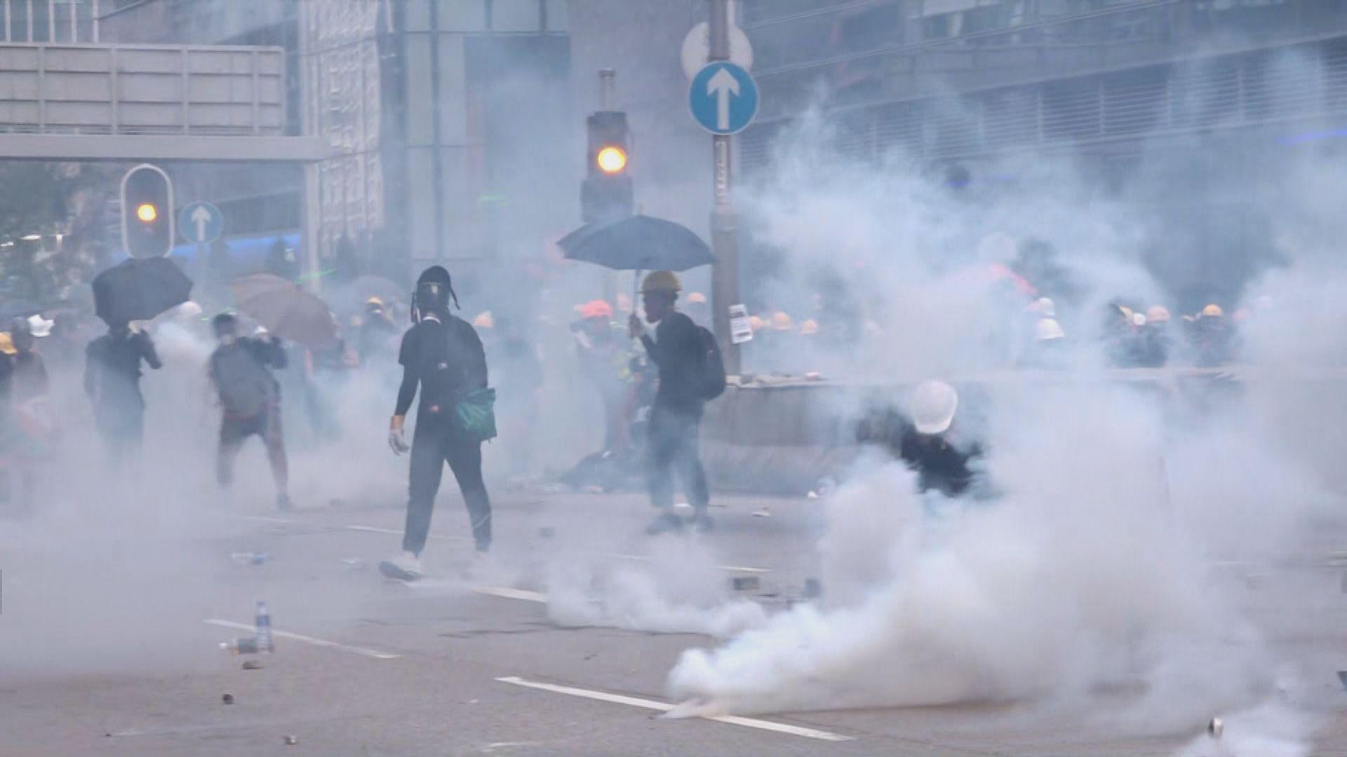 警方在牛頭角警署一帶發射催淚彈橡膠子彈和海綿彈