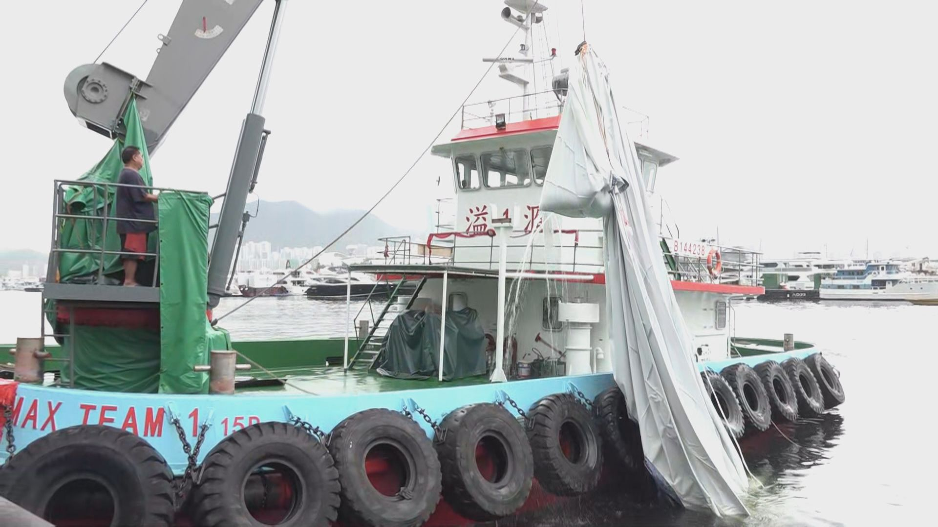 觀塘海濱對出巨型月球裝置被吹落海面 主辦單位指已收回裝置