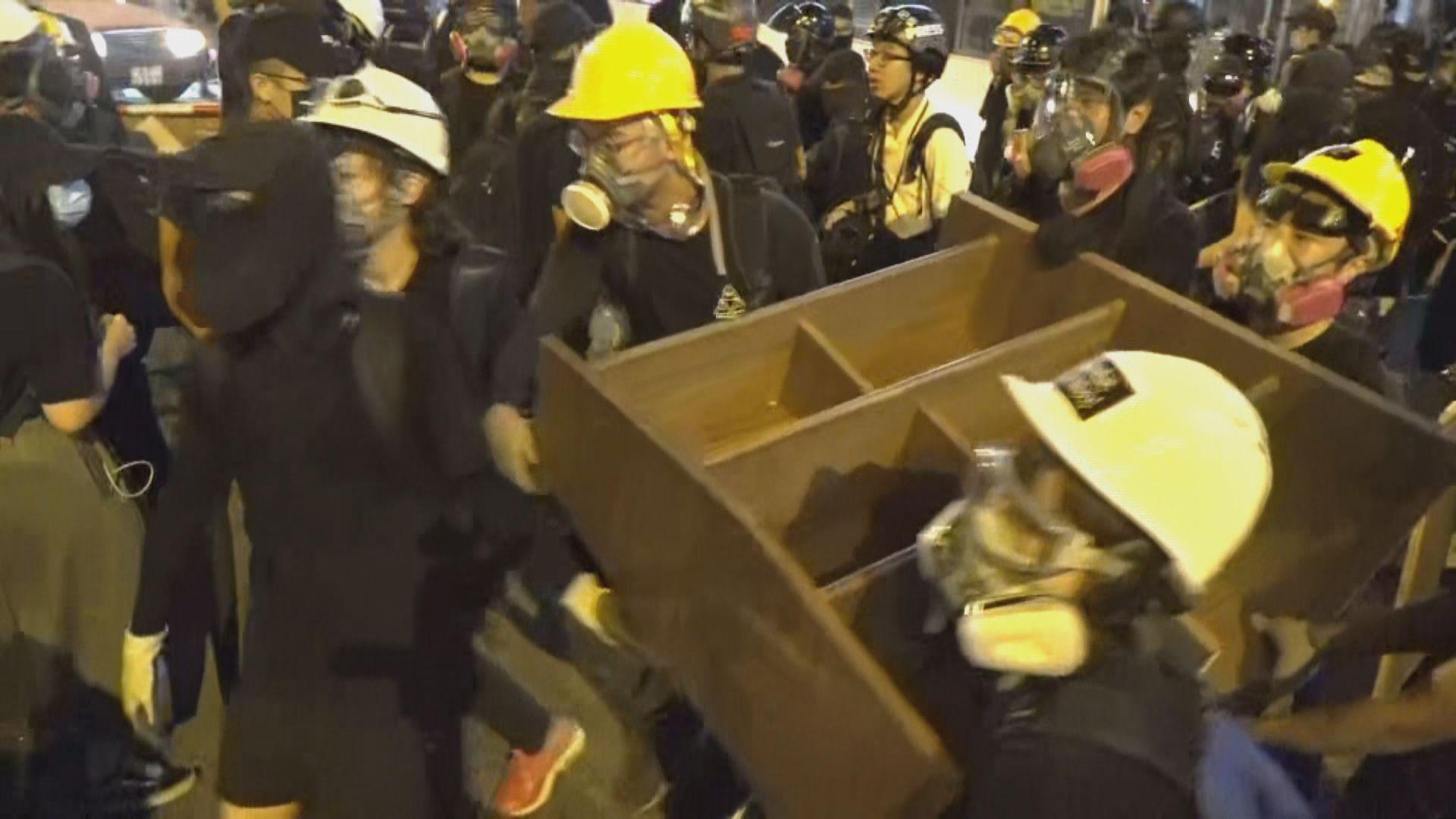 示威者入夜後到黃大仙 深水埗有人持菜刀要求示威者離開