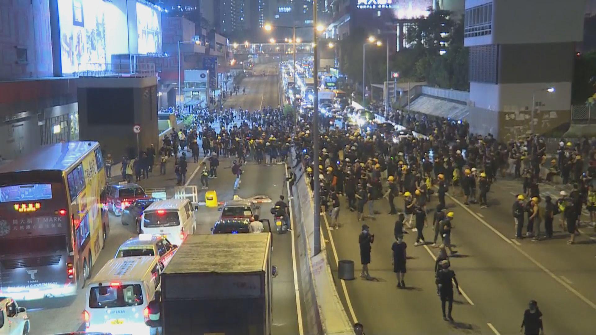 示威者入夜後一度堵塞龍翔道
