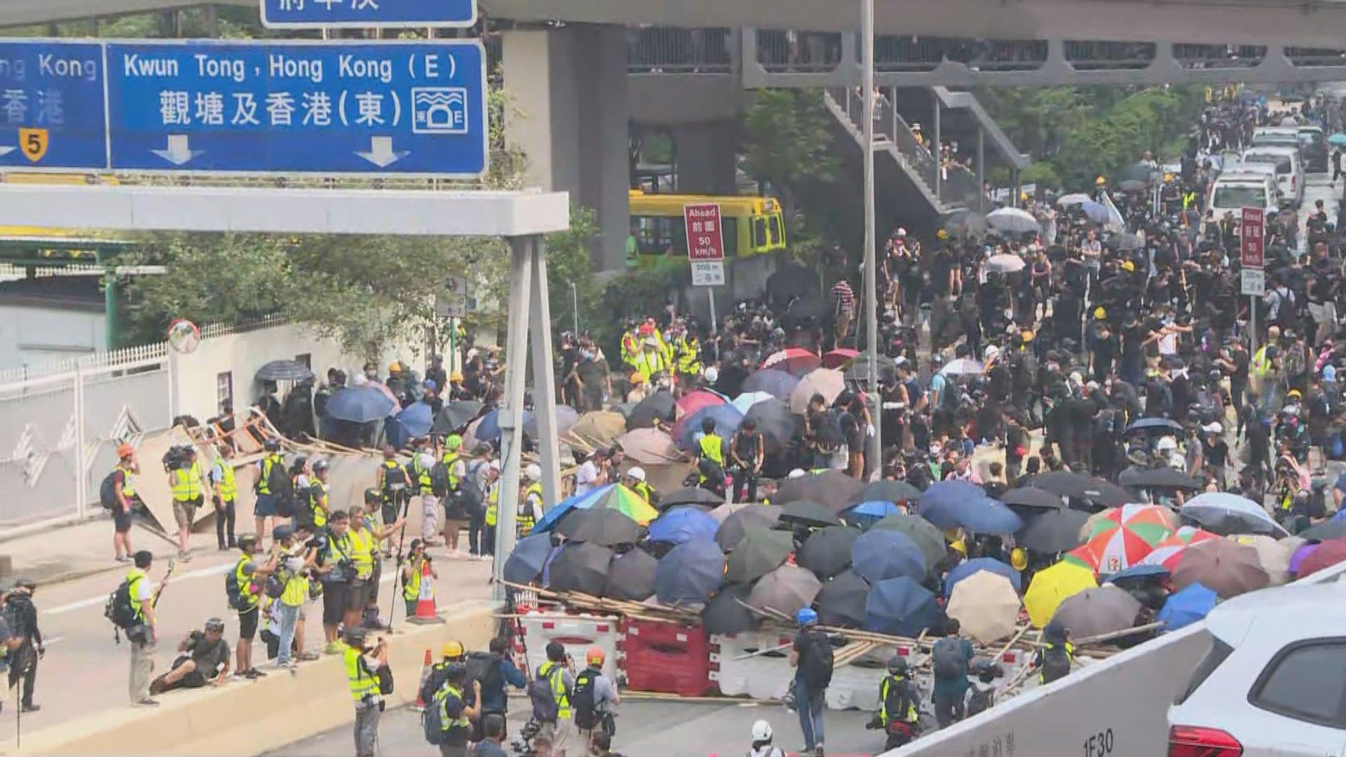 觀塘遊行部分人在偉業街外架設路障