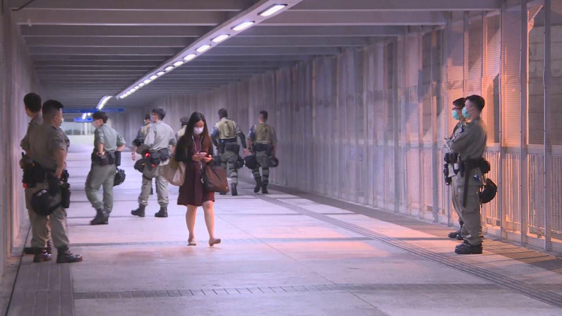 防暴警察於政總一帶巡邏 鄧炳強晚上到場了解情況