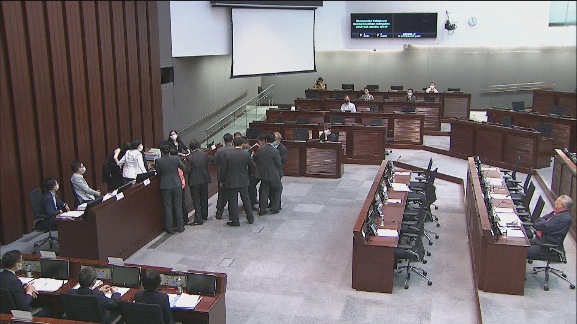 民主派抗議葉劉主持手法 被逐出教育委員會會議