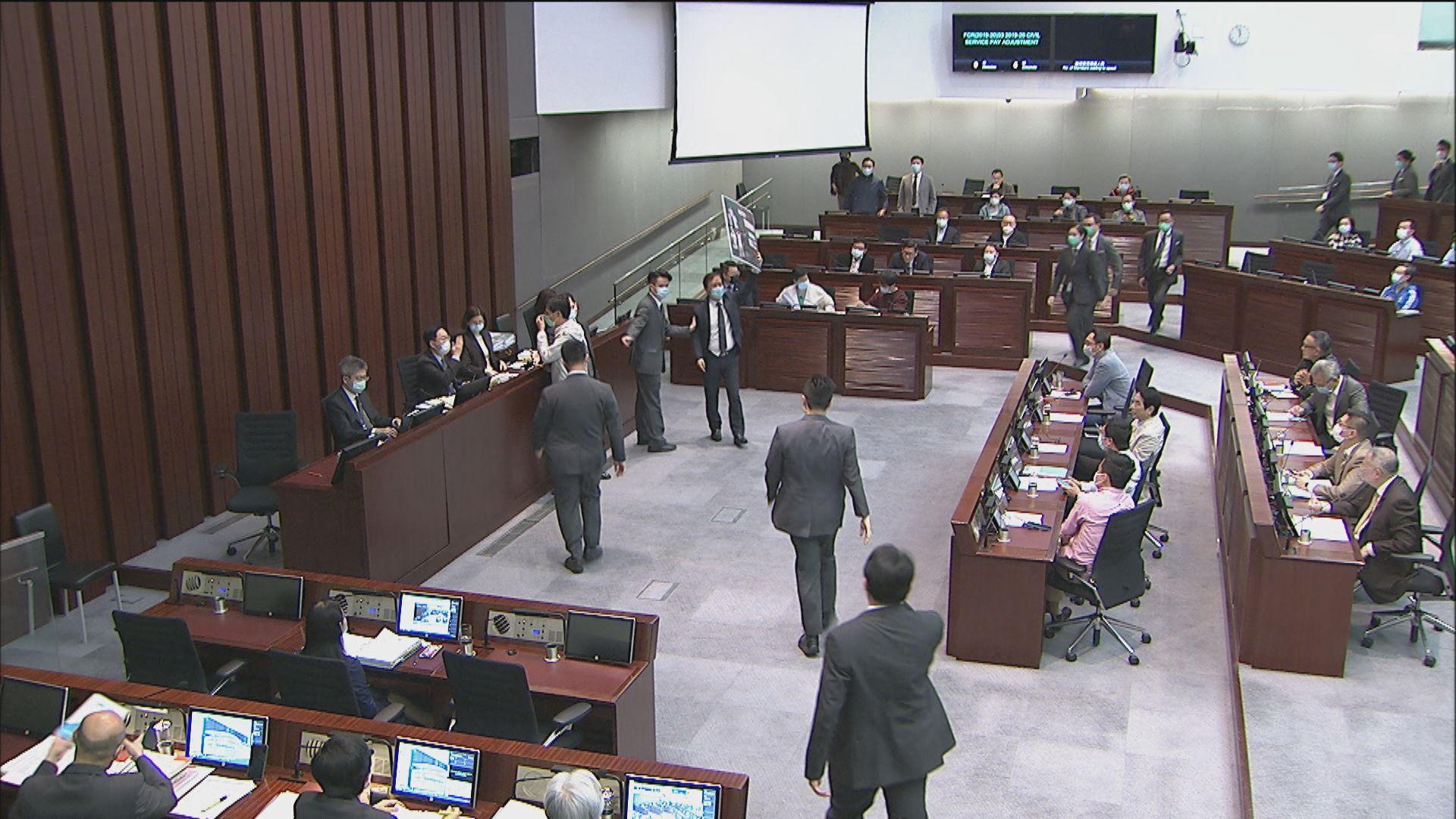 立法會財委會通過公務員加薪撥款 警隊續成討論焦點