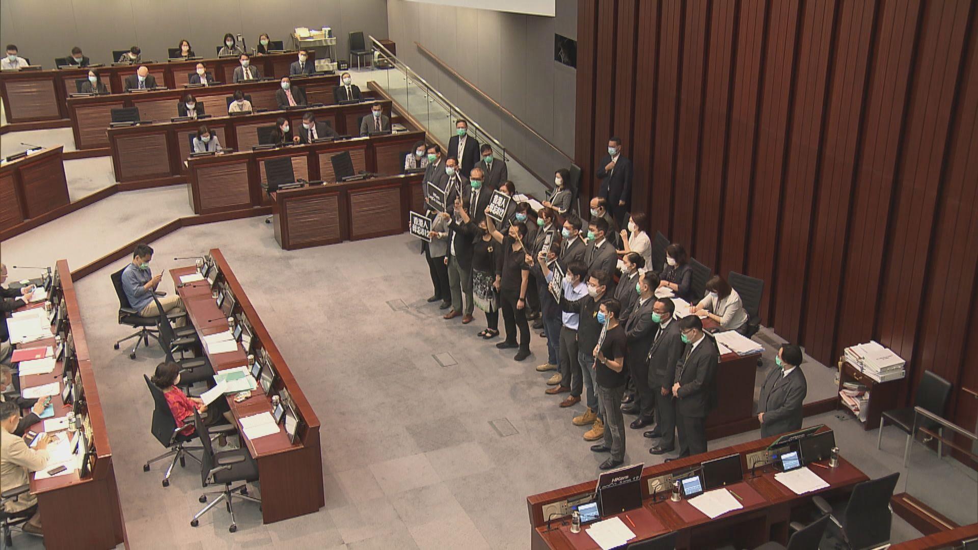 民主派內會包圍主席台 多人被逐出會議室